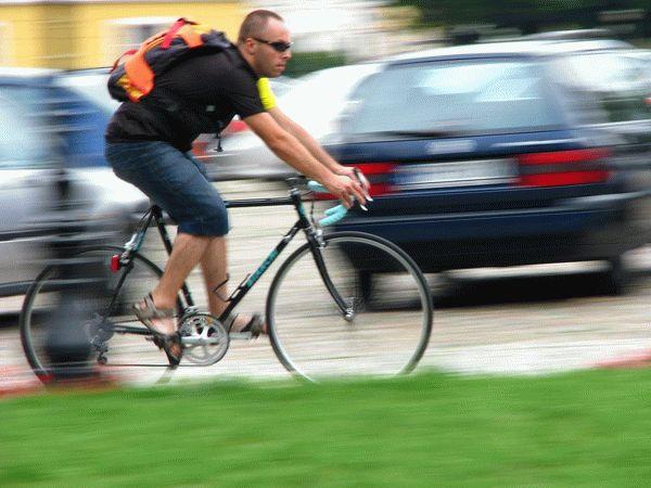 Выезжавшее со двора авто сбилона тротуаре велосипедиста